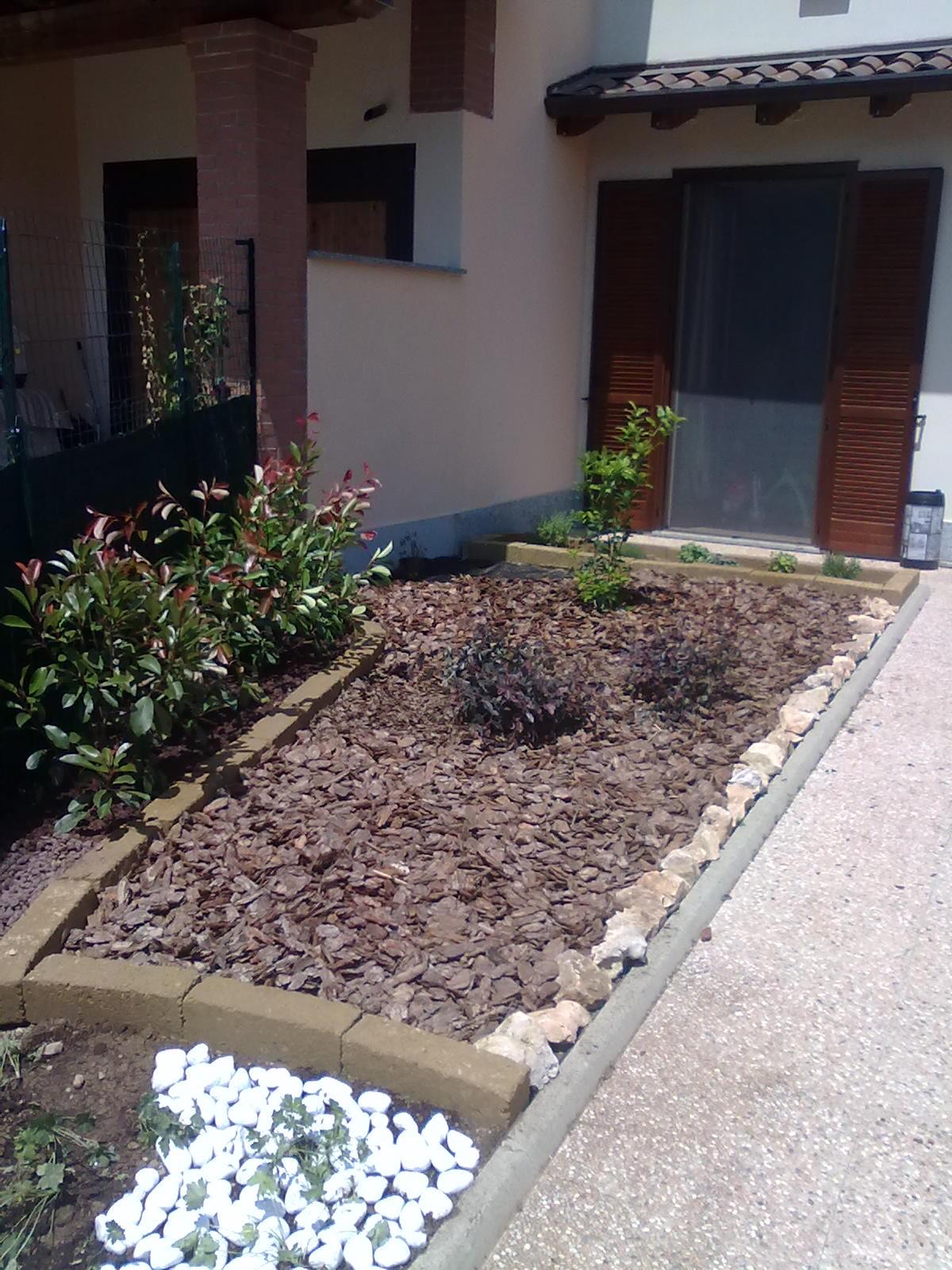 Realizzazione aiuole a milano e provincia bersani giardini for Aiuole con sassi e piante