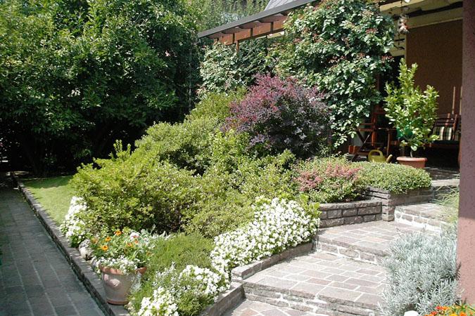 Realizzazione aiuole a milano e provincia bersani giardini for Giardini e aiuole